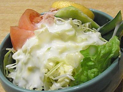 ↑大根サラダと迷うが、断然店の名前サラダ派。