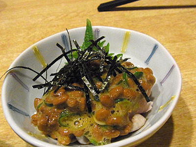 ↑納豆皿を皆で食べ合うようになれば、真の友情が芽生えるのか。