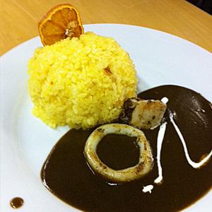 ↑ミカンご飯に魚ベースのイカスミカレー。美味いが確実に手間かかります